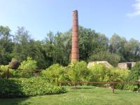Reste van de schoorsteen voor de Porceleinfabriek
