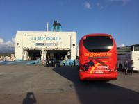 aan de ferry onderweg naar het vaste land